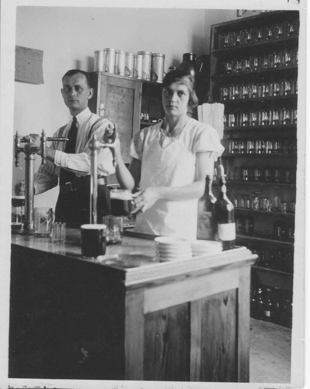 Prejzkovi in the taproom 1935